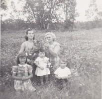 Dans le champ de fleurs chez Fernand Diotte à Ferme-Rouge été 1959